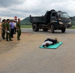 Lực lượng chức năng dựng lại hiện trường vụ tai nạn