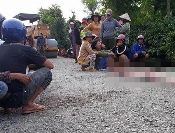 Người mẹ khóc nghẹn khi thấy thi thể con trai bị xe lu nghiền nát …