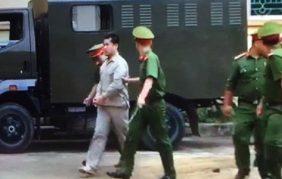 Dẫn giải bị cáo Phạm Bá Lộc đến phiên tòa xét xử lưu động tại huyện Bắc Sơn, Lạng Sơn.