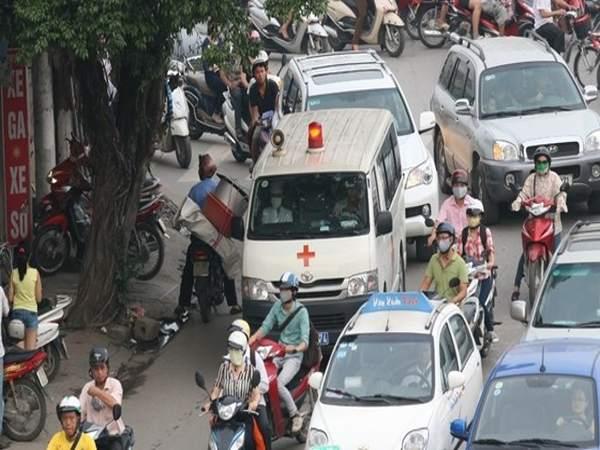Không nhường đường cho xe ưu tiên, người lái xe ô tô có thể bị phạt tới 3 triệu đồng và bị tước giấy phép lái xe đến 3 tháng.