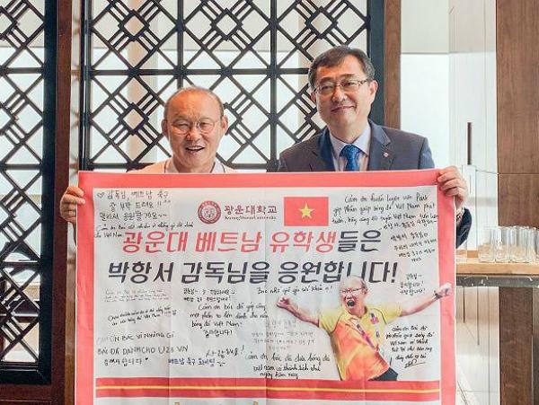 HLV Park Hang Seo được một trường đại học phong giáo sư danh dự